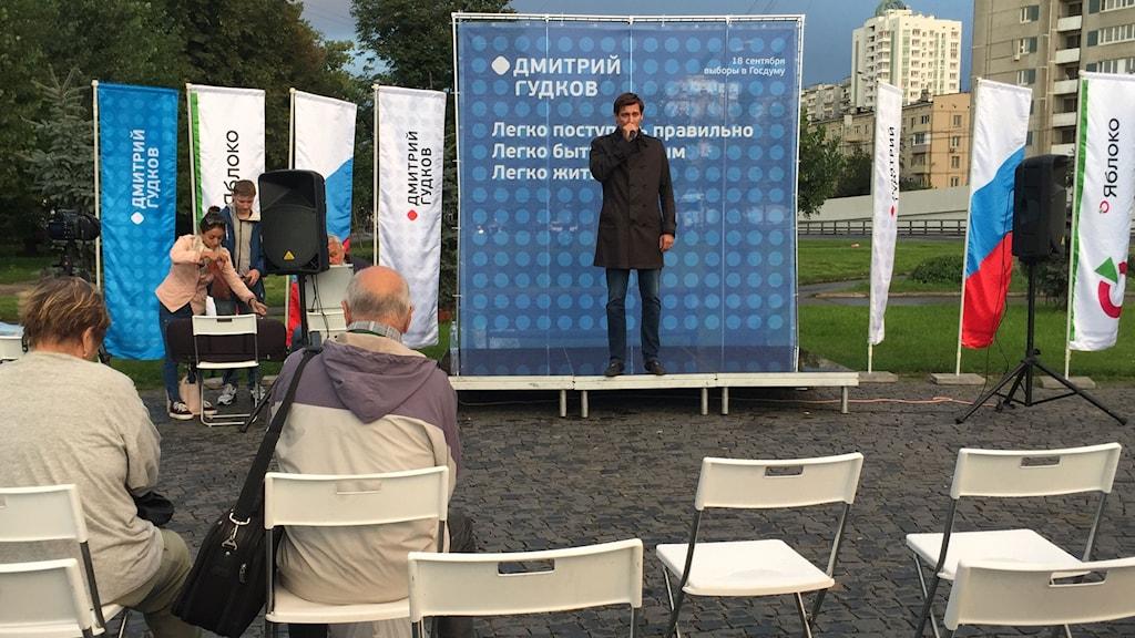Dmitrij Gudkov beskrivs ibland som det ryska parlamentets enda oppositionella ledamot. Här valtalar han en bit från Moskvas centrum.