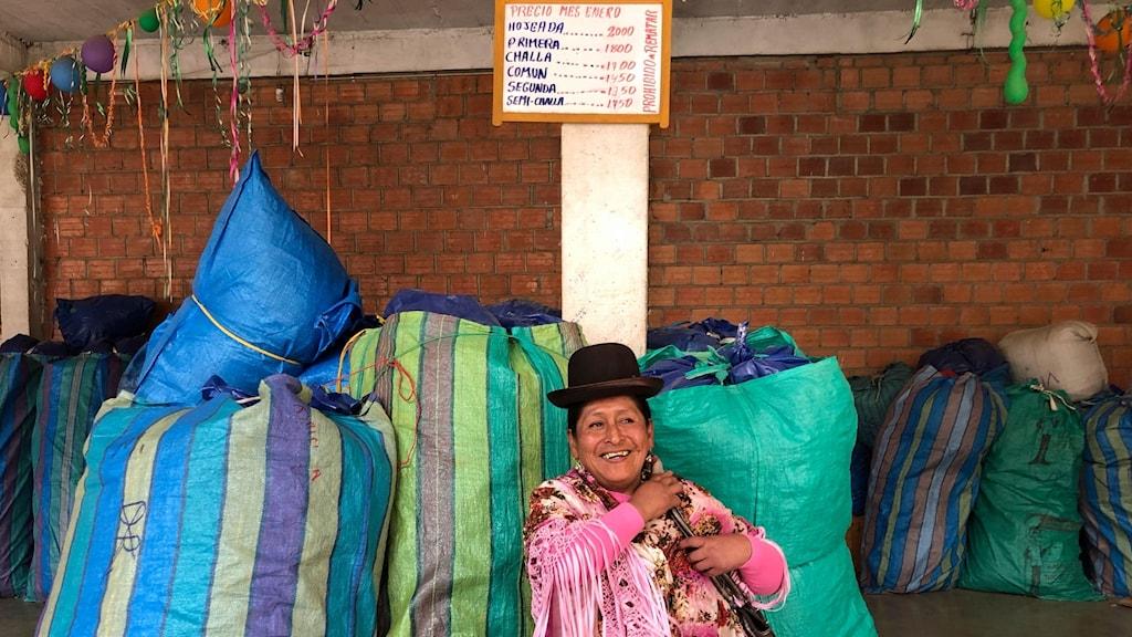 Efijenia Zurco säljer kokablad utanför ett hotell i La Paz. Ett par gånger i veckan åker hon till marknaden för att köpa två säckar.