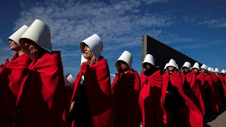 """Aktivister demonstrerar till förmån för legaliseringen av abort förklädda som kvinnorna i den feministiska dystopiska romanen """"The Handmaid's Tale"""", på """"Parque de la Memoria"""" i Buenos Aires."""