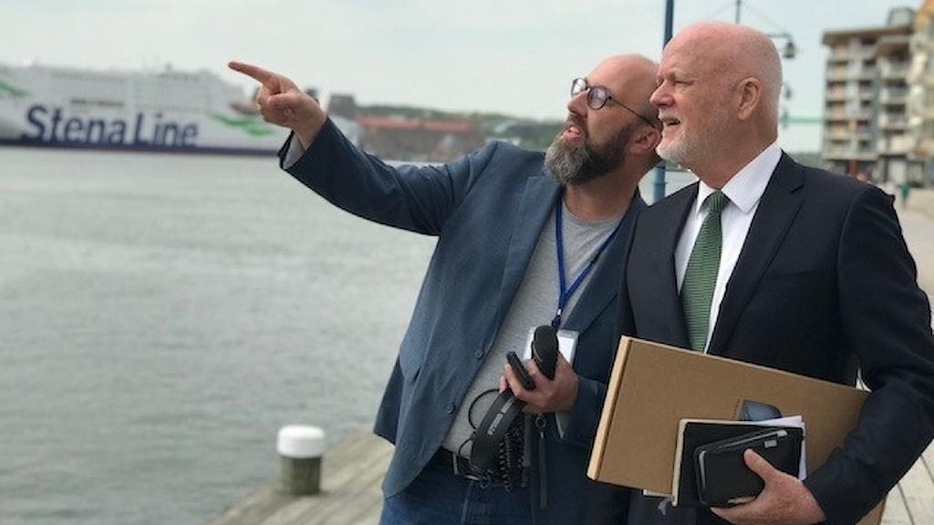 Sveriges Radios Jens Möller visar Göteborgs centrum för FN-sändebudet Peter Thomson.