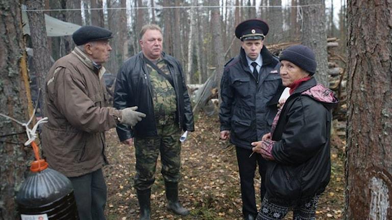 Ett av polisens alla besök i pensionärernas läger, oftast påkallat av företaget som vill fälla skogen för att öppna ett sandtag. Foto: Igor Podorny