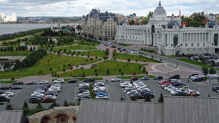 Kazan är en av värdstäderna för Fotbolls VM. Från stadens historiska centrum, Kreml, syns den nybyggda arenan längst bort vid horisonten