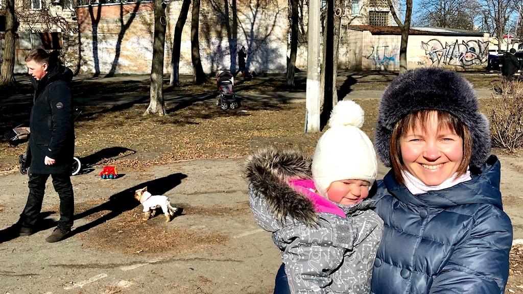 Olga och Anna på den självorganiserade öppna förskolan vid skola 159 i Kiev