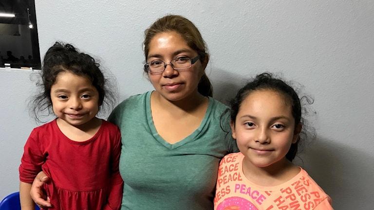 Jakelin med döttrarna Kamila och Judit.