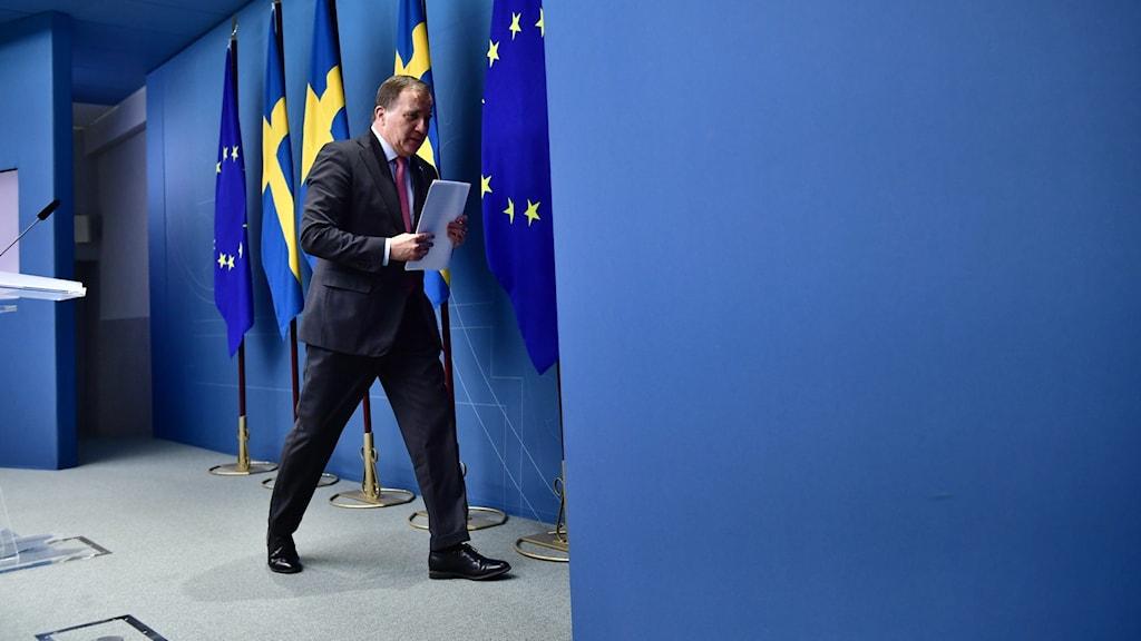 Stefan Löfven lämnar presskonferensen där han förkunnat att han avgår som statsminister.