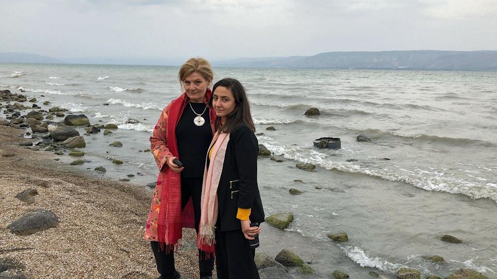 Cecilia Uddén och Lubna El-Shanti vid Genesarets sjö.