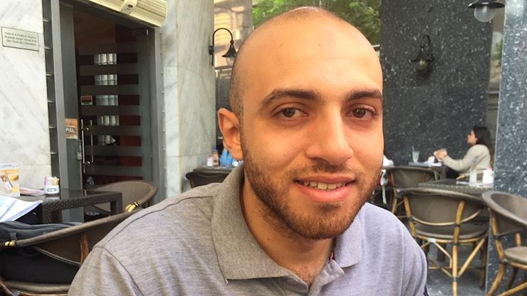 """Ahmed Metwalli, 25 år. Hans bror Amr är """"försvunnen"""" i egyptiska fängelser sedan 4 år. När deras pappa skulle åka till Genève i september för att prata om sin försvunne son, greps han på flygplatsen i Kairo. Fem västerländska ambassadörer riktade en protest mot Egypten, vilket inte mottogs väl. Vi behöver prata om mänskliga rättigheter, säger Ahmed, men det är inte syftet med statens ungdomskonferens, säger han."""