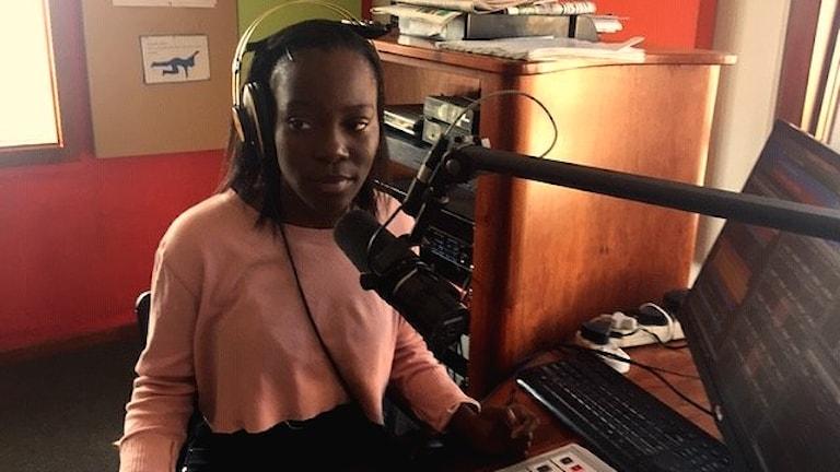 """18-åriga Polesa leder dagens program av """"Bigger than Life"""", radiostationen i Johannesburgs värsta slum."""