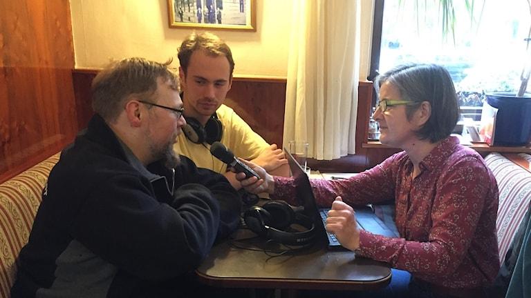 Robert Balazic till vänster, Nikolai Atefie i mitten och Daniela Marquardt intervjuar.