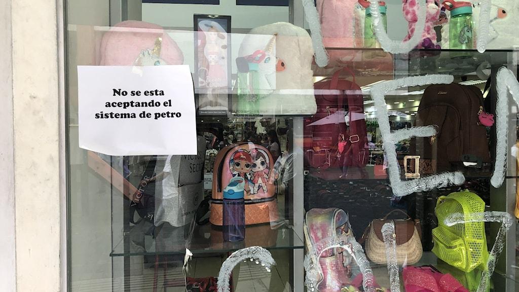 En affär i Caracas som inte vill ta emot kryptovalutan Petro.