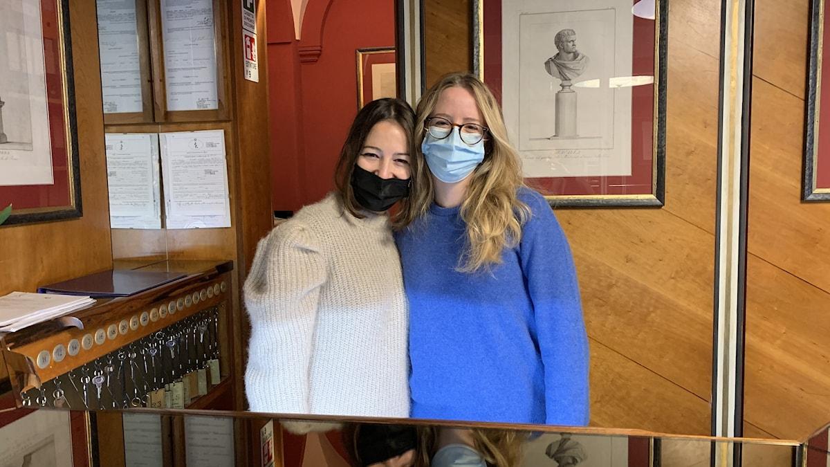 Två flickor med munskydd.