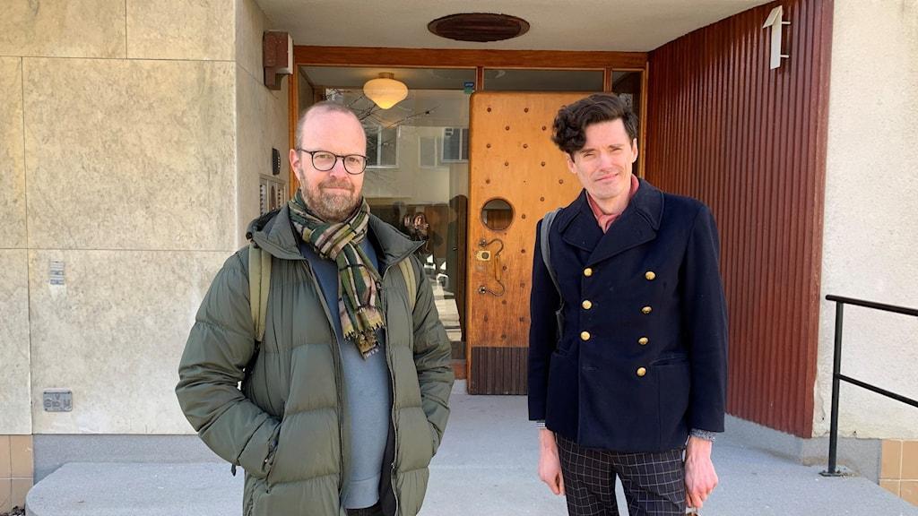 Alfred Skogberg och Gustav Bergström från Renoveringsraseriet framför en av favotitbyggnaderna på Gärdet i Stockholm.