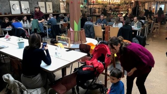 Chicago Café var ett av de första kaféerna som anslöt sig till projektet. Vid lunchtid är stället fullt med föräldrar och barn.