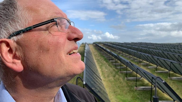 Peter Rathje, vd för ProjektZero framför en av Sønderborgs solcellsparker.