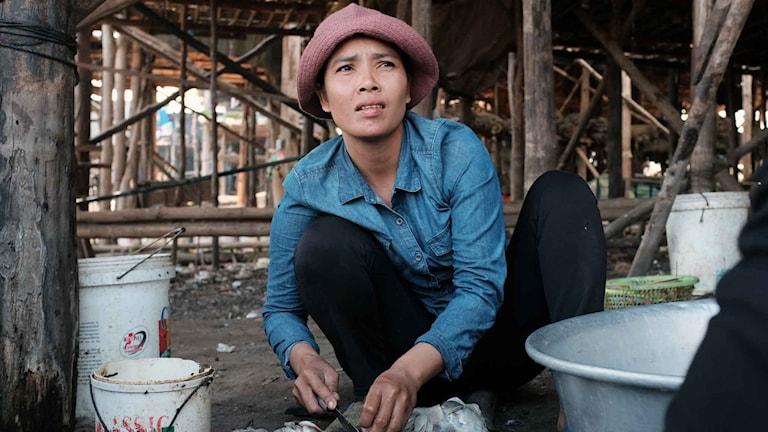 Beredning av fångsten i en fiskeby vid sjön Tonlesap i Kambodja.