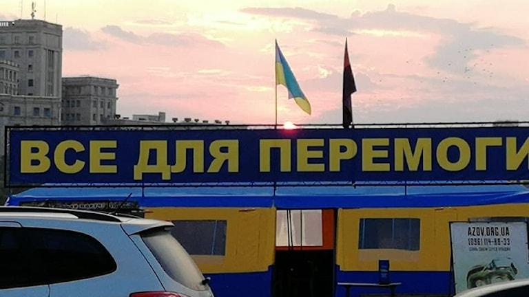 Allt för freden står det på det blågula tältet i centrum av Kharkiv, en påminnelse om det inte avslutade kriget.