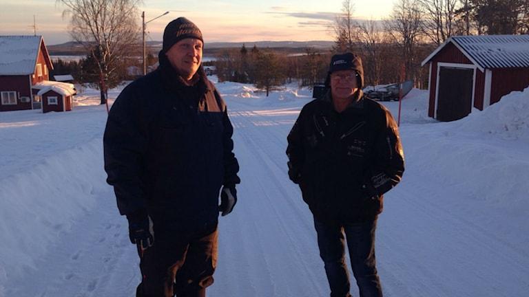Per-Erik Nilsson och Tord Eriksson står på en snöklädd gård.