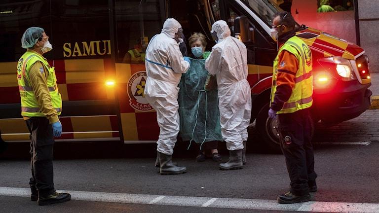 En patient läggs in på ett hotell, som för närvarande fungerar som sjukhus, i Madrid.