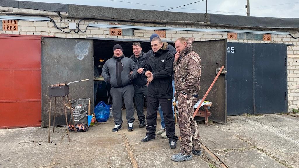 Ett gäng vänner grillar vid sitt båtgarage efter en fisketur. Just de på bilden hade ingen fiskelycka, men bara en bit bort hade ett gäng gäddor rensats, saltats och förberetts för torkning.