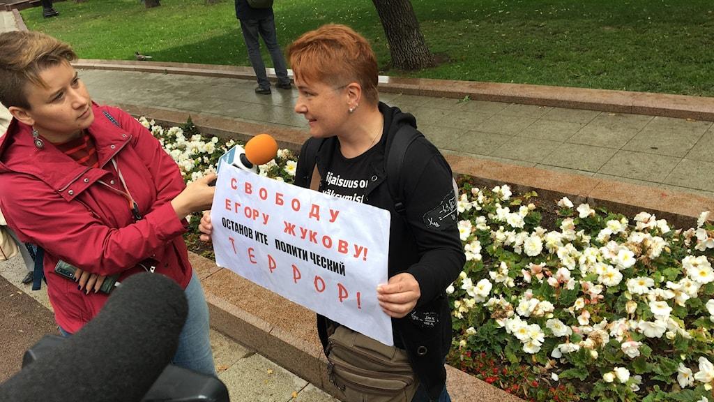 Demonstrant med ett plakat till stöd för studenten Jegor Zjukov.