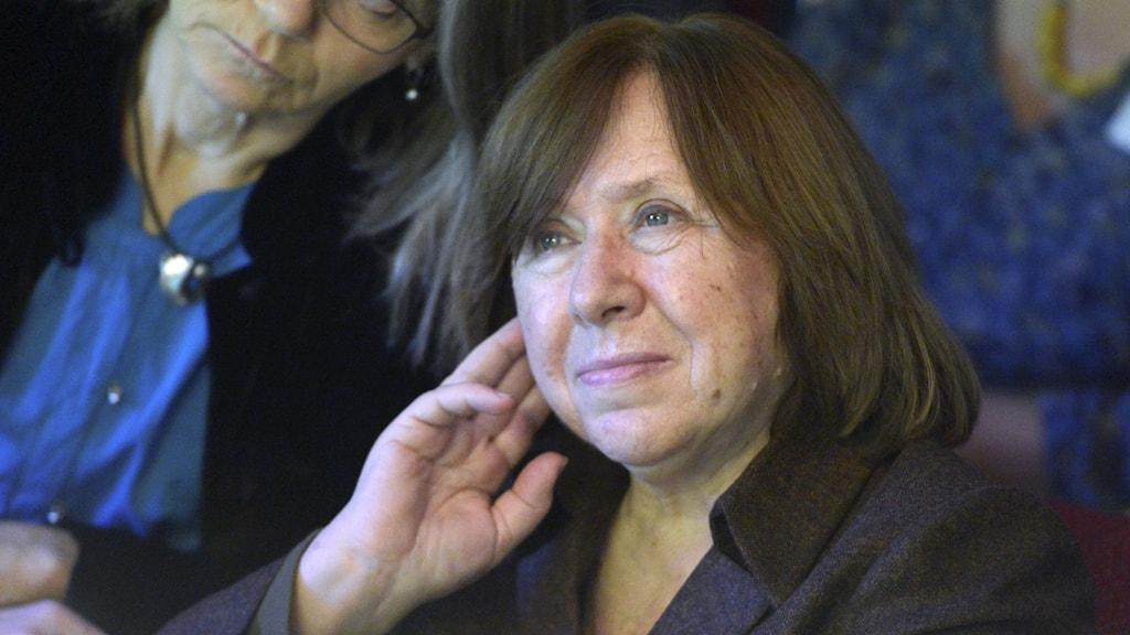 Svetlana Aleksijevitj skyddas nu av diplomater. Bild från Nobelfestligheterna 2015.