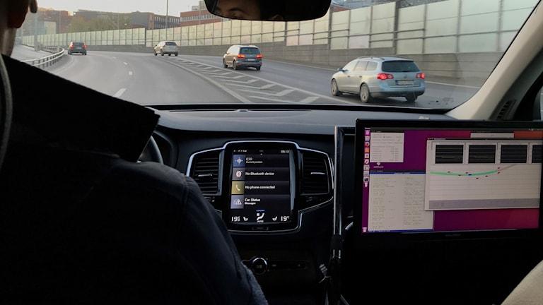 En stor bildskärm sitter, där passageraren brukar sitta, i den självkörande bilen som testas i Göteborg.