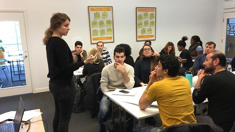 Sfi-lektion där lärare och elever diskuterar svenska filmer.