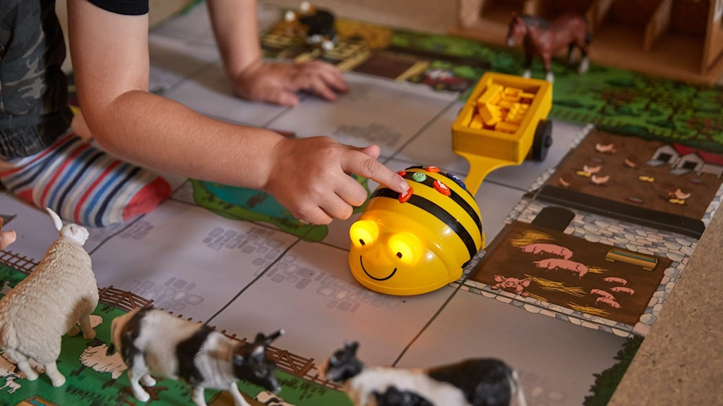 Ett barn leker på en förskola.