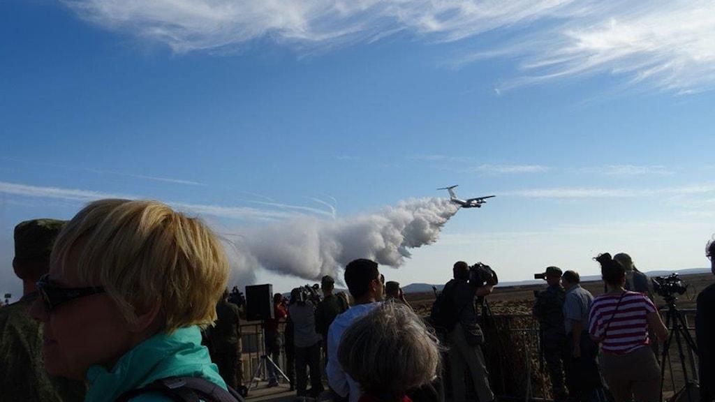 42 ton vatten släpps ut inför militärövningen på Krim för att åskådarna inte ska bli så dammiga.