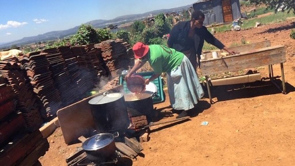 Mat från Chefs with Compassion förbereds i Eldorado Park i utkanten av Soweto