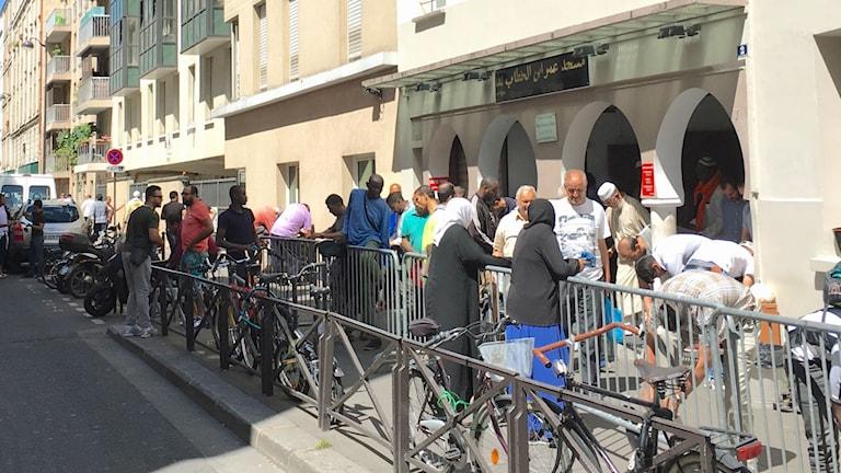 Män strömmar ut ur moskén i Belleville efter fredagsbönen.
