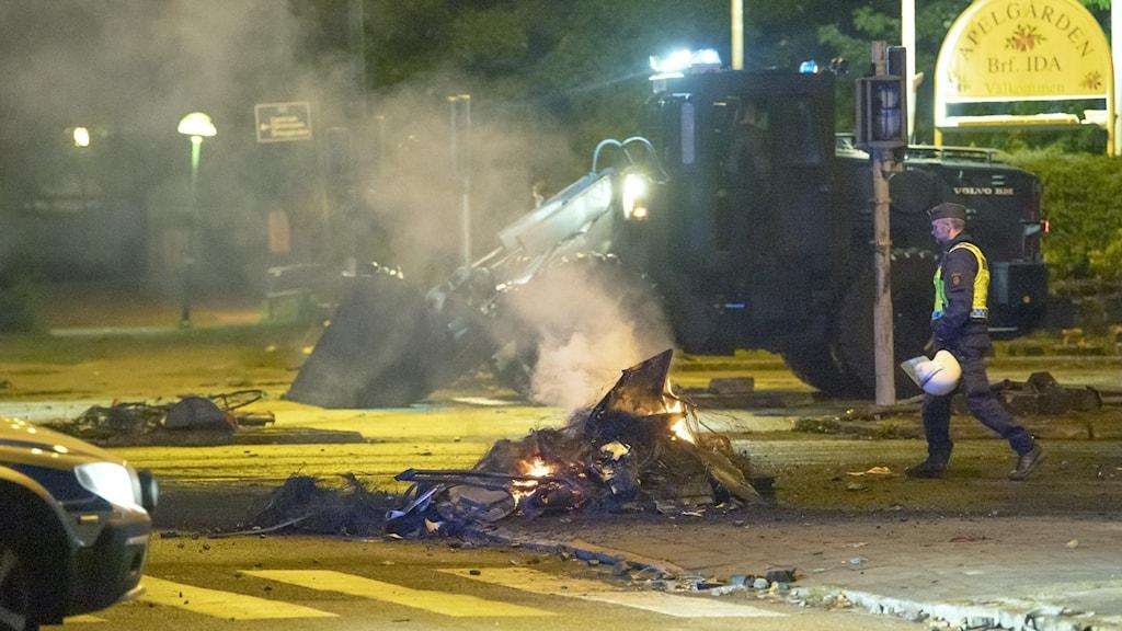 Kravaller i Malmö där bråte ligger och brinner på marken.