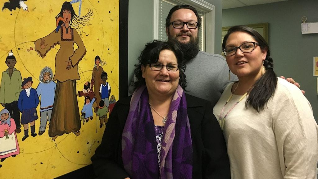 Organisationen Through an Aboriginal Lens jobbar med att stärka unga ur ursprungsbefolkningen i Kanada. Fr v: Purple Thuderbird Woman, John Russell, Red Butterfly Woman.