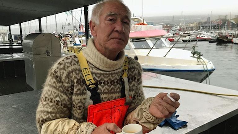 Carl August Arge, som står och säljer fisk i hamnen i huvudstaden Torshamn. Han ser gärna att Färöarna är så  självstyrande som möjligt, men att man har för få invånare för att bilda en egen nation.