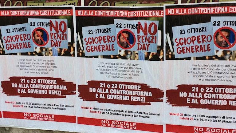 En vägg i Rom har affischerats med slagord inför folkomröstningen i december.