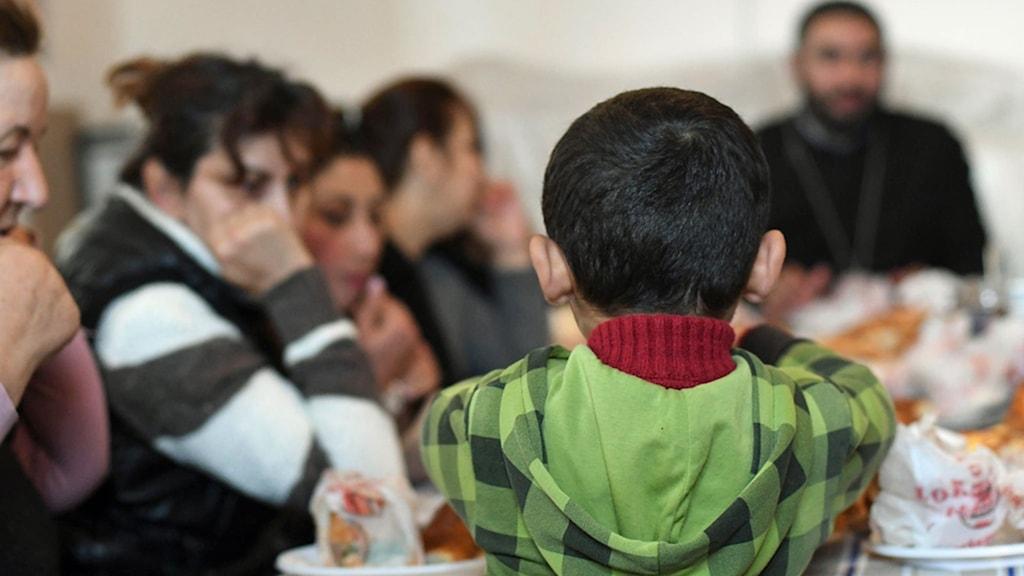 Pojkar står högt i kurs i Armenien, och får ofta lov till mycket som flickor inte får. Pojkarna springer ut och in på mötet, medan flickorna sitter tysta och stilla som små ljus.