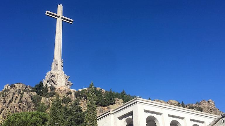 Korset ovanpå monumentet är 150 meter högt.