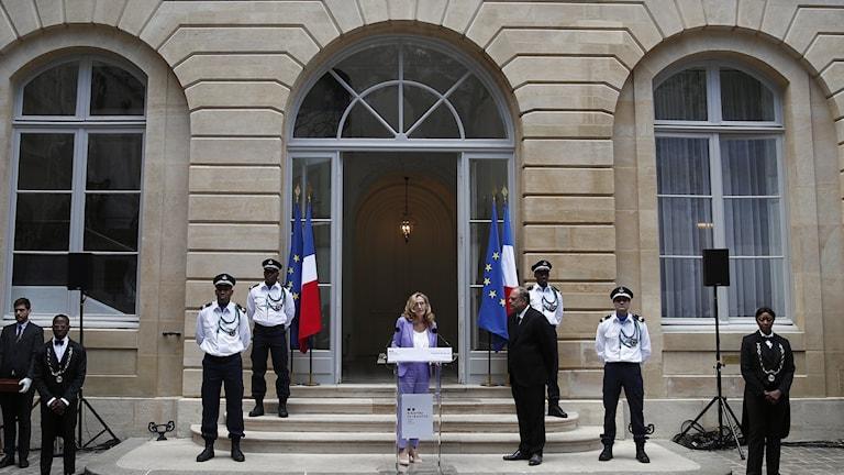 Den avgående franska justitieministern Nicole Belloubet håller ett tal utanför den franska justitiedepartementet under tisdagen. Hon är en av alla ministrar i Frankrikes regering som nu avgår. Till höger om henne står den nya franske justitieministern Eric Dupond-Moretti.