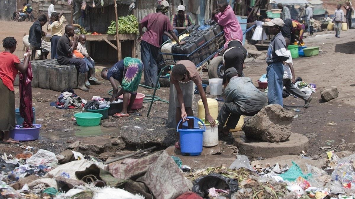 Kvinnor drabbas hårdast när fattigdomen ökar. Bilden är tagen i ett slumområde i Nairobi, Kenya. Foto: Leif R Jansson / TT