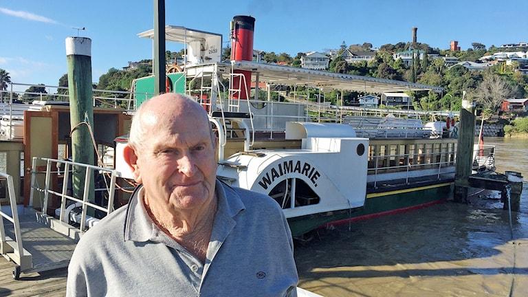 Skepparen Trevor Gibson framför den gamla hjulångaren.
