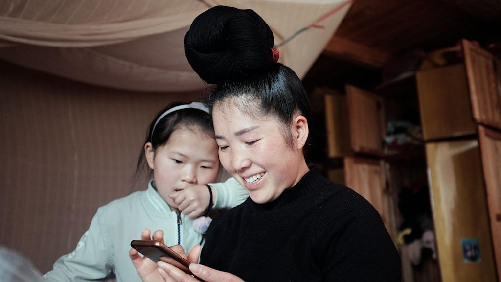 Tvåbarnsmamman Li Min i bergsbyn Maomaohe har öppnat en e-butik på nätet där hon hoppas sälja sina traditionella broderier