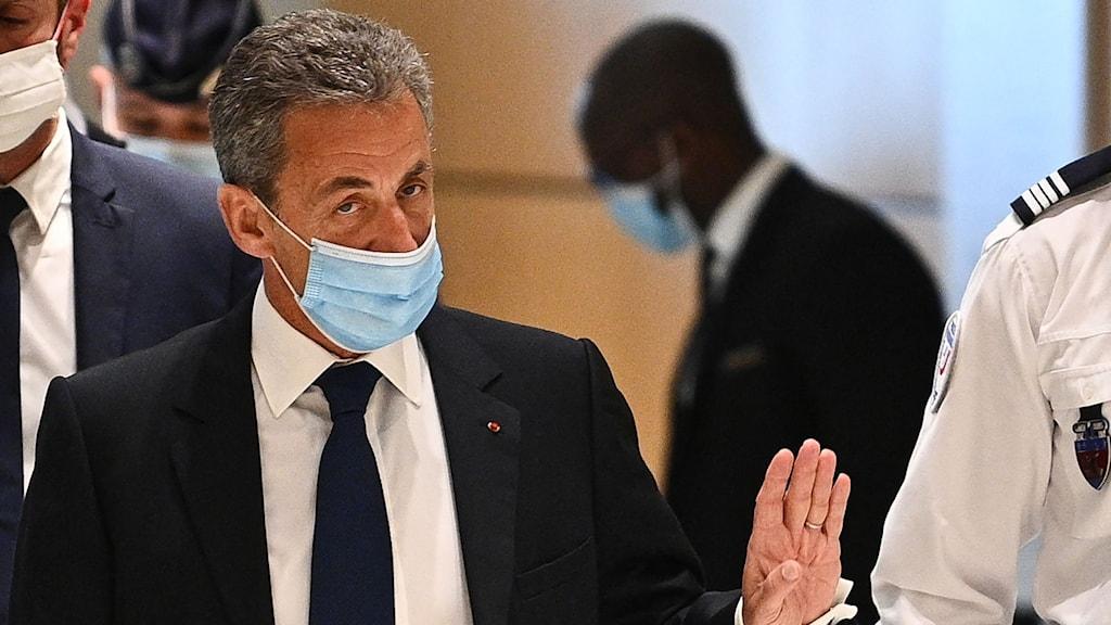 Nicolas Sarkozy med munskydd syns i rättssalen.