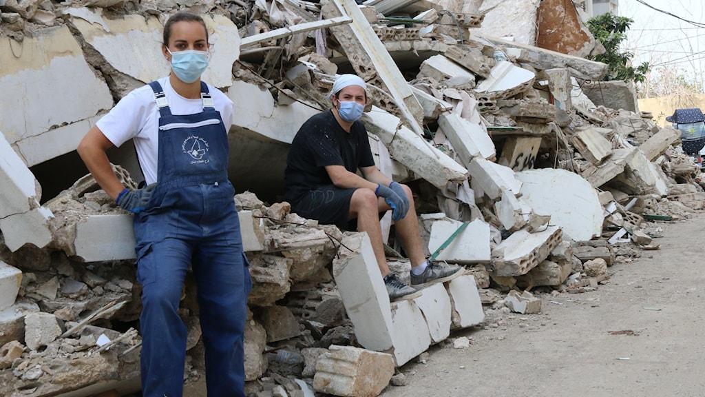 """Margaux Alexis och Simon Abboud hjälper nästan dagligen till volontär att bygga upp bostadshus i ett område i Beirut som förstördes i explosionen. """"Jag gick ut samma dag som det hände, man kunde inte tänka, det var bara att sätta igång och städa"""", säger Simon Abboud."""