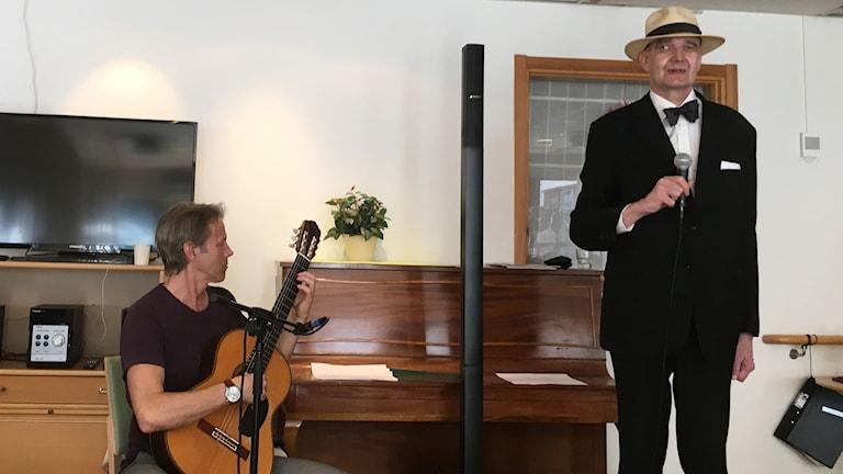 Kent Sidvall sjunger cool jazz och Hans Lundquist på gitarr.