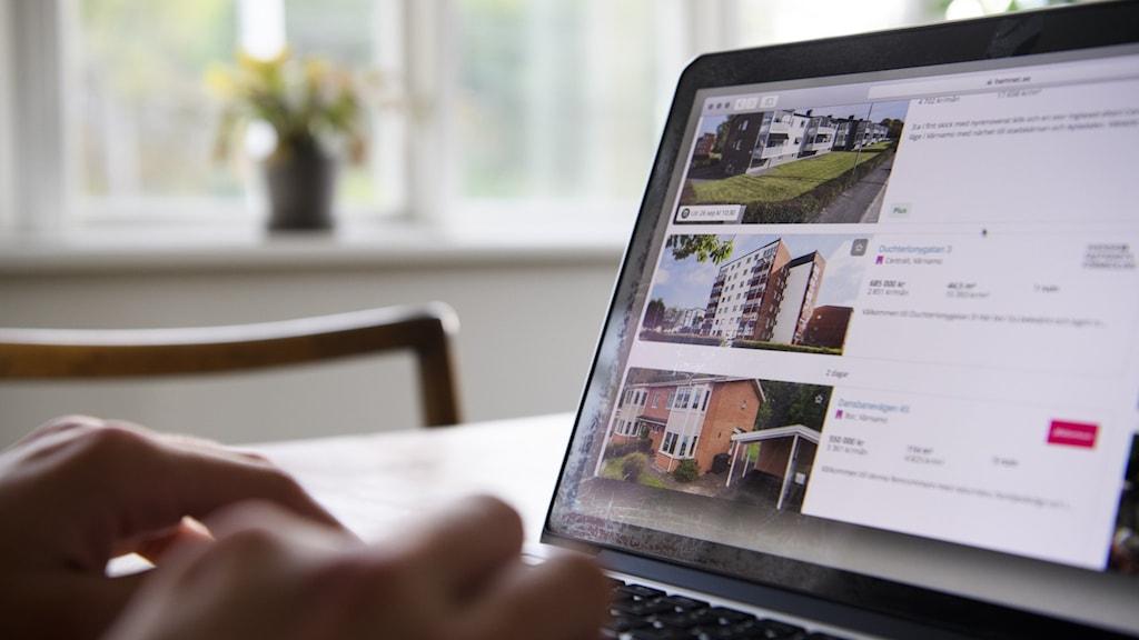 Person som söker lägenhet via internet.