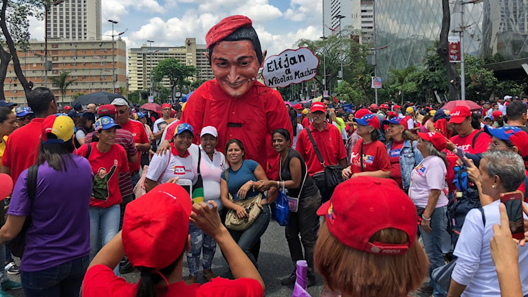 Manifestation för president Nicolás Maduro i Caracas. Många statsanställda vittnar om hur de tvingas delta och hotas om att de måste rösta i valet på söndag.