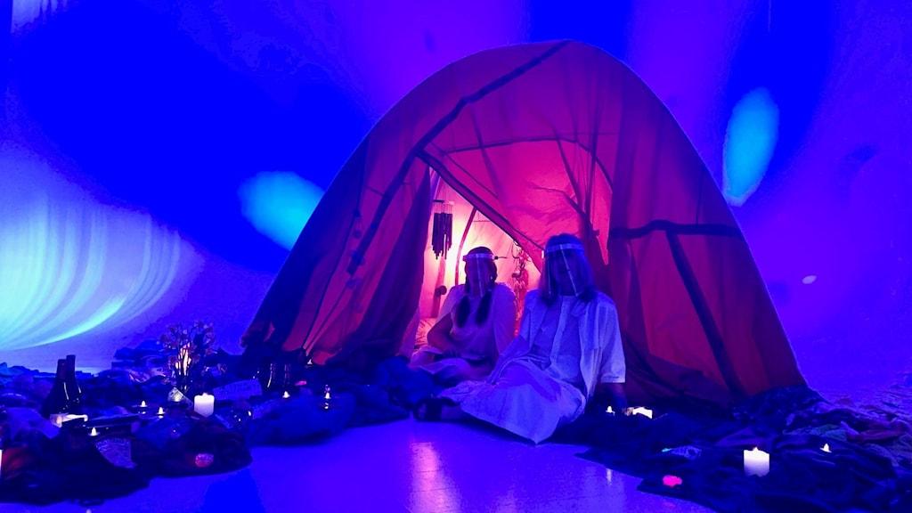 Ett tält som är tillräckligt stort för att hålla avstånd i den coronaanpassade föreställning av Joanna Wingren och Sonja Ahlfors.