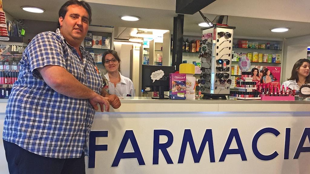 Esteban Riviera blev av med sitt bankkonto när han började sälja marijuana - trots att det är lagligt i Uruguay följer bankerna amerikanska lagar.