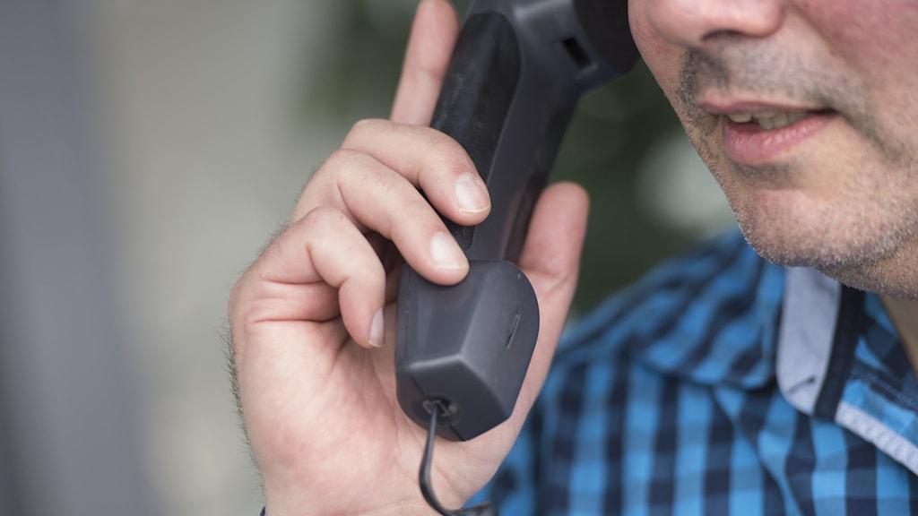 Man som talar i telefon