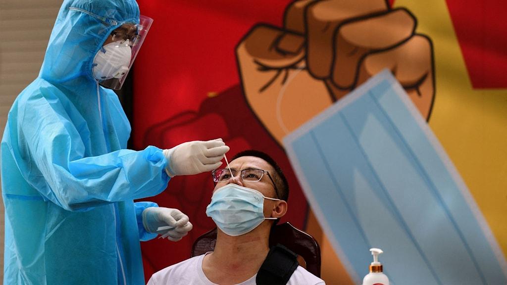 En man i Vietnam blir testad för covid-19.